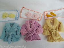 BARBIE SINDY DOLL dimensionati abbigliamento Vestaglia Bagno ROBE Pantofole & Asciugamano Set UK