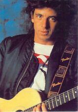 Carte Postale Postcard Chanteur Patrick BRUEL Assis avec une guitare