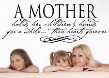 Una madre mantiene le sue mani dei bambini per un po'di ispirazione Wall Sticker Decalcomania