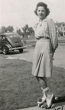 VINTAGE WW2 ERA ROLLER SKATING BRUNETTE LICENSE PLATE 164 415 LOVE KNEE PHOTO