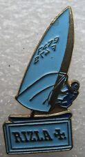 Pin's Un voilier bleu ciel RIZZLA + #844