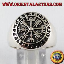 Anello d'argento, aegishjalmur e vegvisir con rune celtiche