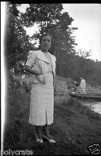Ancien négatif photo portrait femme tailleur blanc promenade en barque