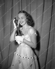 aa1949-30 1949 Oscars Olivia de Havilland and her statue Academy Awards aa1949-3