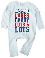"""DF bébé Barboteuse personnaliser """" n'importe quel nom Loves Daddy beaucoup & """""""
