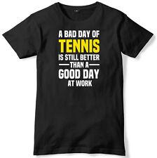 Mal día de tenis aún es mejor que un buen día en el trabajo para hombres Camiseta