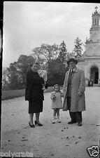 Ancien négatif photo portrait famille devant église