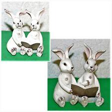 Dekoration Hasenpaar sitzend mit Buch i.e. Fig. 2 verschiedene Größen Polyresin