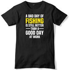 Mal día de pesca es aún mejor un buen día en el trabajo para hombres Camiseta