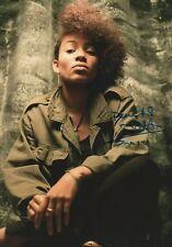 Nneka Autogramm signed 20x30 cm Bild