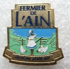 Pin's FERMIER DE L'AIN élevé en Plein Air Une fermiere avec 3 poules #E2