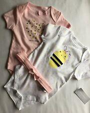 Baby Girl Set 3 pezzi incl. 2 tute corpo con dettaglio Bee & Fascia