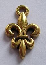 MINI insigne breloque FLEUR de LYS en métal couleur doré, 16 x 10 mm.