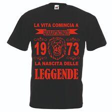 T-shirt maglia nera scritta rossa vita comincia 45 anni 1973 leggende anno leone