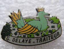 Pin's G Delaye Traiteur avec un oiseau et une couronne #1573
