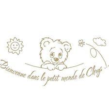 """Stickers Mural Tête Ourson """"Bienvenue dans le petit monde de ..."""""""