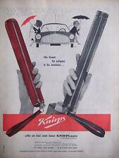 PUBLICITÉ 1960 PARAPLUIE KNIRPS ANTI PLUIE - ELLE EST LUI ONT LEUR KNIRPS AUTO