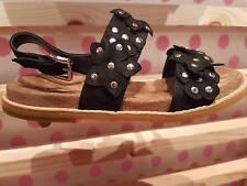 VANESSA WU été 2017 : sandales cloutées avec fleurs neuves, étiquetées prix 49€