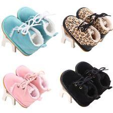 les chaussures antidérapantes du cuir suÈde lit de bébé. semelle en caoutchouc