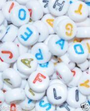 100 piezas de acrílico grano del alfabeto, blanco con coloridos carta, Plano Redondo, 7 mm