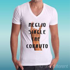 """T-SHIRT UOMO a V """" MEGLIO SINGLE CHE CORNUTI """" IDEA REGALO ROAD TO HAPPINESS"""