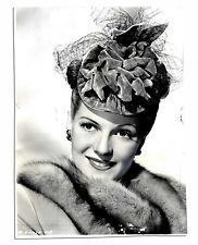 Glamorous Rita Hayworth Glossy 7'' x 9.25'' Press Photo -- 1945