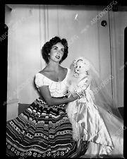 8b20-1004 Elizabeth Taylor and old school doll 8b20-1004