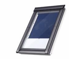 Velux Dachfenster aus Kunststoff mit Eindeckrahmen und Sichtschutzrollo