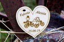 cuori incisione nomi data sposi bici tag segnaposto bomboniera confetti legno