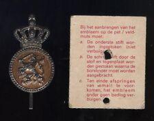 Op orig. KAARTJE : Zilver Vroeg Pet Embleem KORPORAAL  K.L. / KMAR Nederland