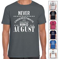 nunca Underestimate UN ANTIGUO Hombre Recién Nacido en agosto - Camiseta Hombre